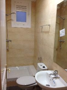 Baño reformado completo con plato de ducha.