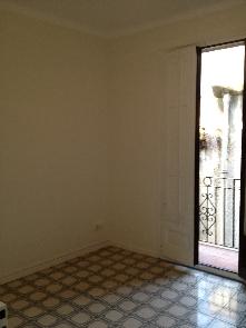 Habitación reformada, pulido de pavimentos, pintura e instalaciones.
